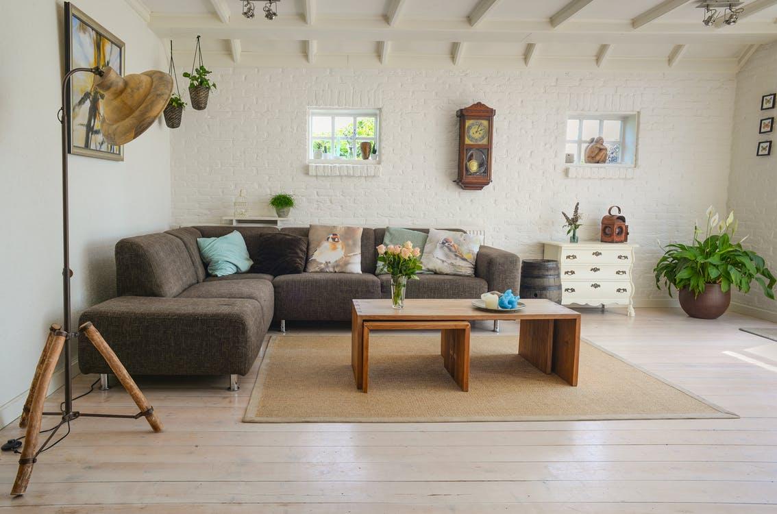 Wohnzimmer in braunen Tönen mit Ecksofa